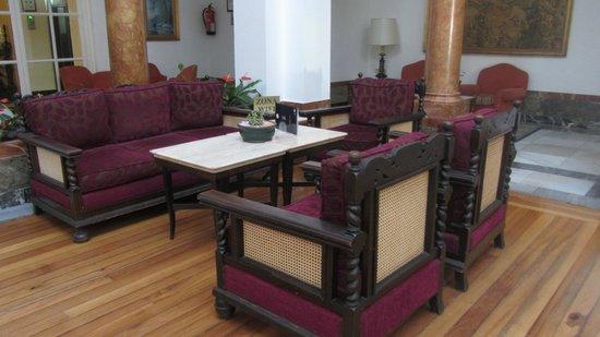 Globales Reina Cristina: Hall, donde puedes descansar o tomar algo. Los sillones son preciosos