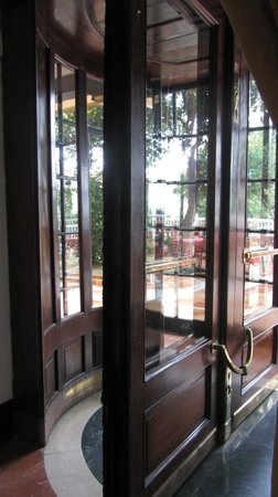 Globales Reina Cristina: La puerta giratoria de madera es preciosa!