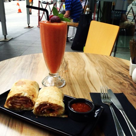 Ad Infinitum Cafe : Bacon and egg brekkie wrap and berry smoothie. Tasty and fast