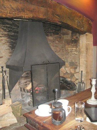 The White Hart Stow : Fireplace in the front bar (and fresh coffee!)