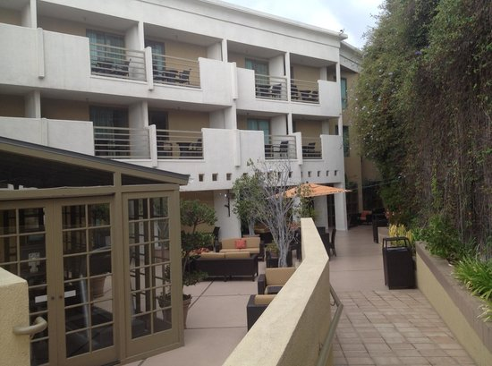 Courtyard Los Angeles Century City/Beverly Hills: outside of the resatuarnt..little recreational area with gym and pool