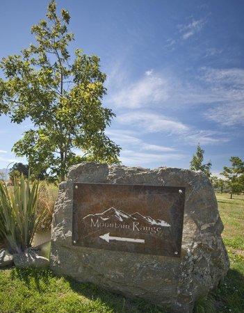 Mountain Range Boutique Lodge: sign