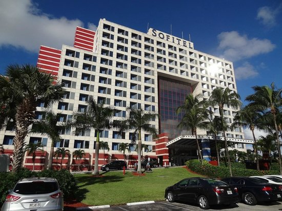 PULLMAN Miami Airport hotel: hotel view from the parking site
