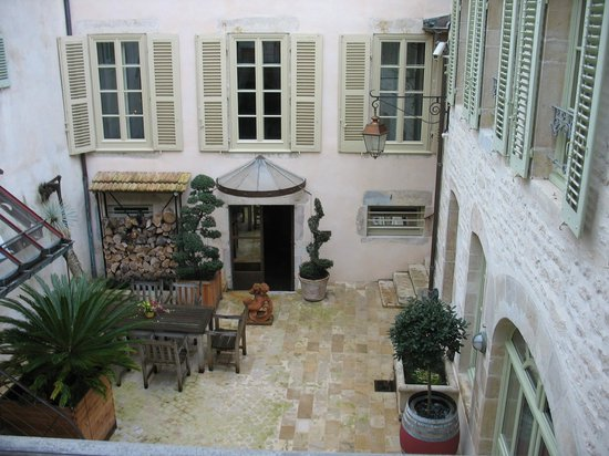 Chez Les Fatien: The rooms look out on the charming courtyard