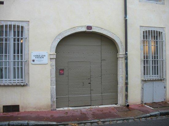 Chez Les Fatien: Unobtrusive entry on a quiet side street