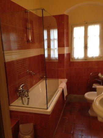 Palazzo Magnani Feroni : Ginerva bathroom - tub area