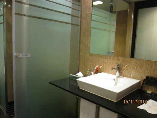 Melia Barcelona Sarrià: Bathroom