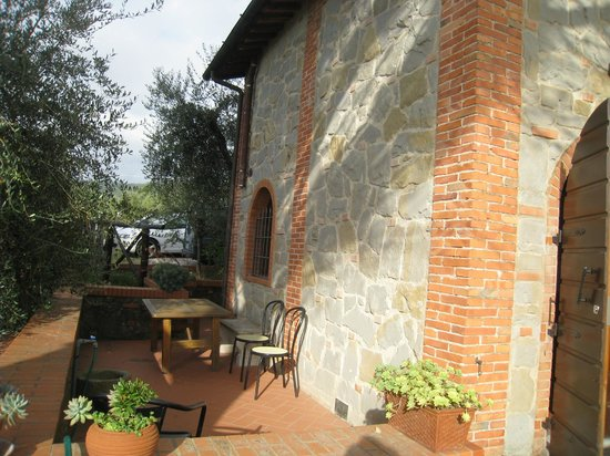 I Sette Borghi B&B: Side of House with Seating