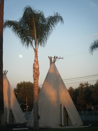 Sunset with a full moon at Wigwam Motel