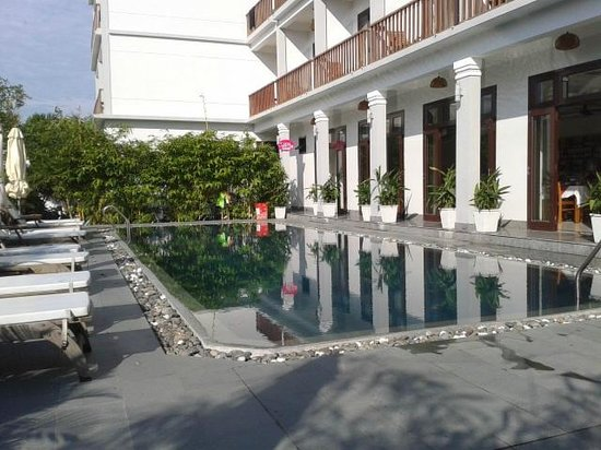 Sunshine Hotel Hoi An : Front of hotel and pool