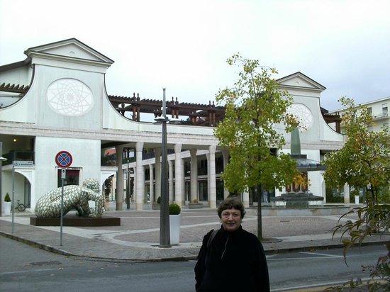 Hotel Terme Bologna: Торговый комплекс возле отеля