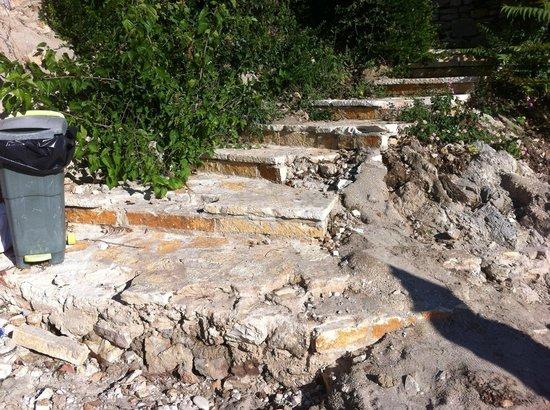 Domotel Agios Nikolaos: Crumbling staircase