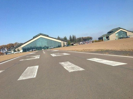Evergreen Aviation & Space Museum: Entrance to the museum.. it's a runway!