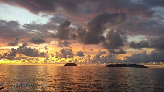 Sunset Bar at Shangri-La's Tanjung Aru Resort and Spa: Breathtaking sunset...