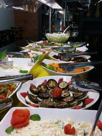 Sao Jose, SC: Saladas bem decoradas e apetitosas.