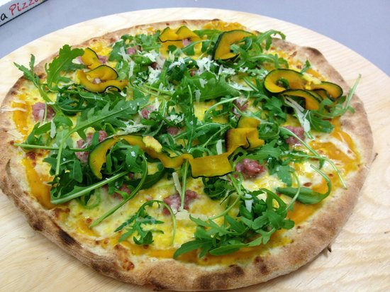 Officina della pizza: Stagione di zucca. A noi piace anche con la buccia, rigorosamente preparata in casa!