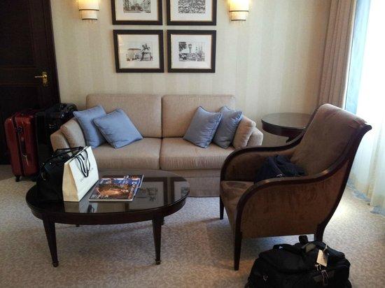Esplanade Zagreb Hotel: Sillones en la habitación.