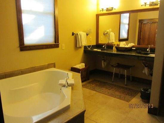 Five Pine Lodge & Spa: Lodge suite bath