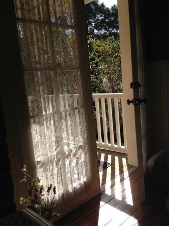 The Laurel Oak Inn: Entrance to Lilac Room porch