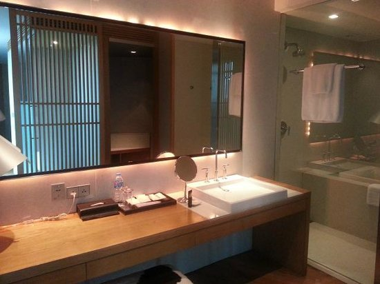 Maduzi Hotel : Bathroom and Jacuzzi