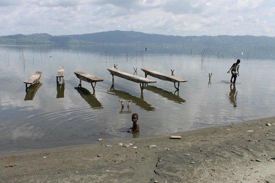 Lake Bosomtwe Paradise Resort: Lake Bosomtwe with moored fishing planks