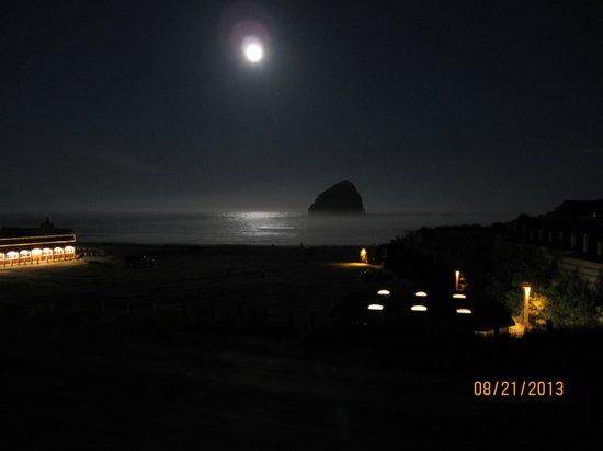 Inn At Cape Kiwanda: View from room on a full moon night
