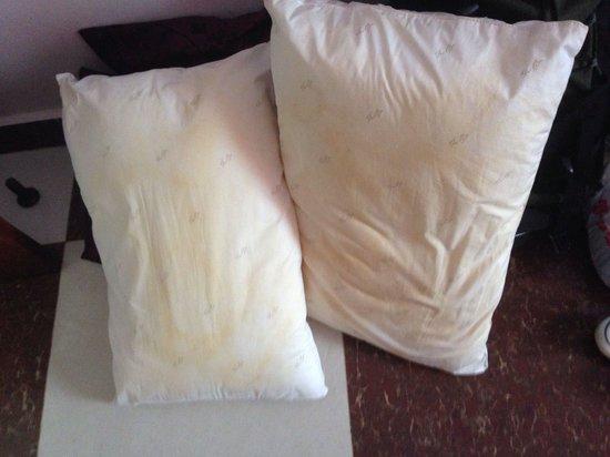 Tan Kang Angkor Hotel: Yellow pillows