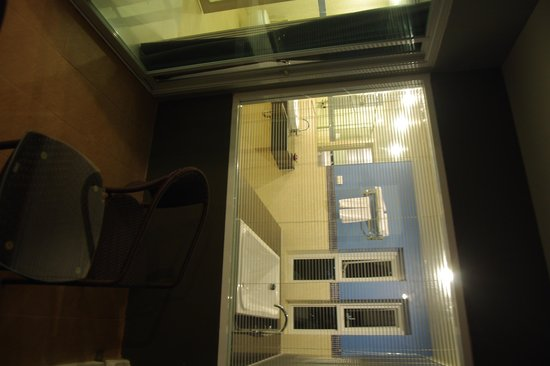 Andakira Hotel : big washroom and one bathtub with 3 side windows, wonderful view