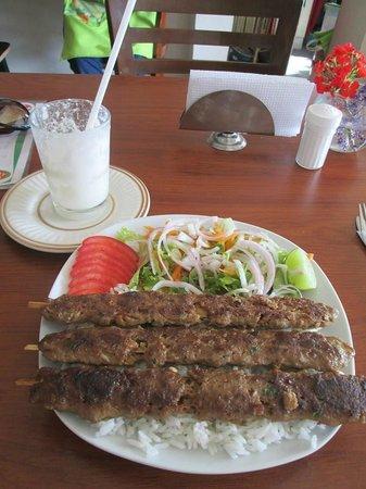 Kebab Inn: Mi rico Adana con Ayran como bebida....me chupo los dedos.