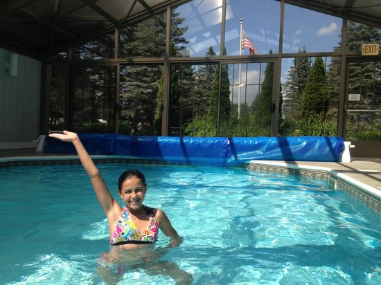 Sun & Ski Inn and Suites: Enclosed pool comforts of indoors and out.