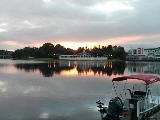 Disney's Beach Club Villas: Early morning at the lake.