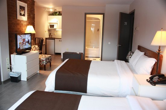 Motel Le Radisson De Val-david : Deluxe double room with 2 double beds and kitchenette