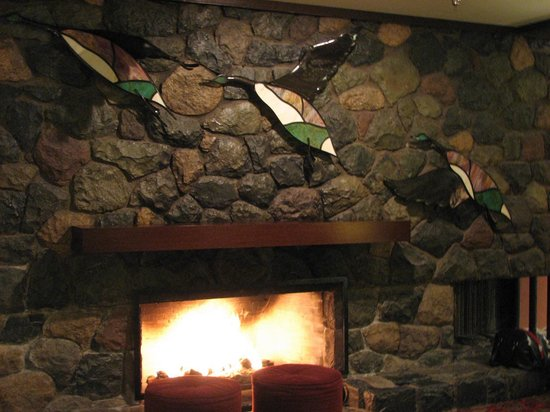 Harrison Hot Springs Resort & Spa: Burrow by the fire