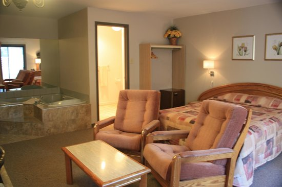 Motel Le Radisson De Val-david: Suite 1 queen bed, whirlpool and fireplace