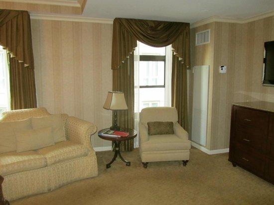 The Talbott Hotel: Sitting Area of Premium King Room