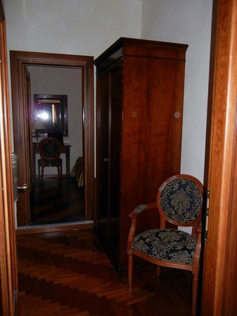 Hotel Teatro Pace: Entrance foyer with armoire