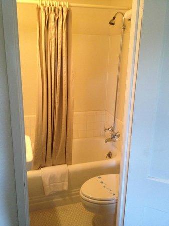 El Rancho Hotel & Motel: Teeny bathroom