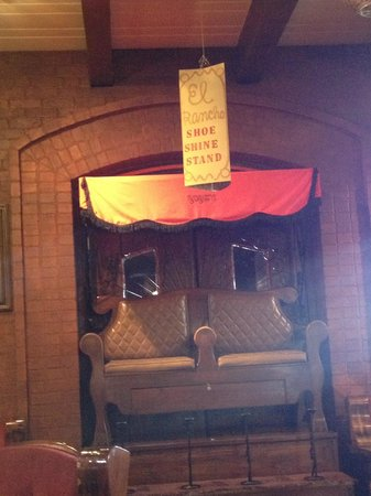 El Rancho Hotel & Motel: Shoe shine stand in the lobby