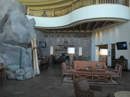 Sheraton Wild Horse Pass Resort & Spa: Lobby Bar...very relaxing with log fires