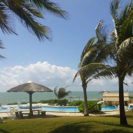 Coruripe, AL: Vista logo ao sair do apto. Praia e piscina lindas!