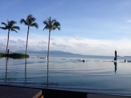 Hansar Samui Resort: プールから見ると海とつながっているよう