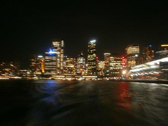 Sydney Ferries: フェリー出発後フェリーからの夜景