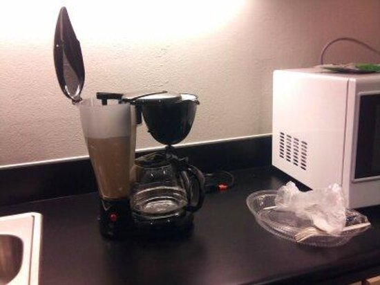 City Express Plus Santa Fe: cafetera de mi cuarto, asi se veia el agua debido a los hongos