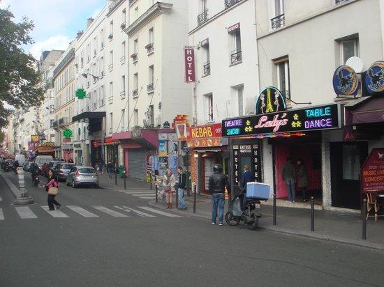 Moulin Rouge: La zona es de sex shop, de noche no es recomendable, es inseguro