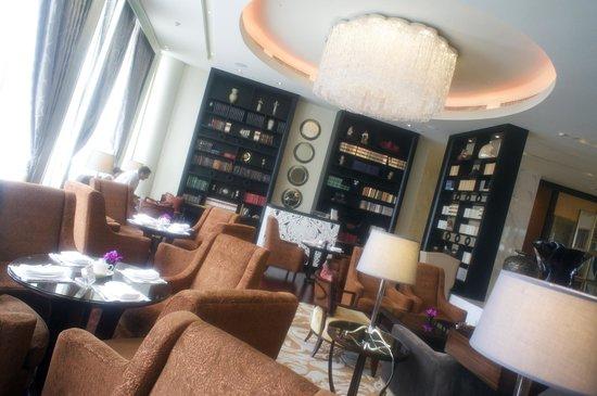 Raffles Makati: Writer's bar was so elegant, chic and comfortable!