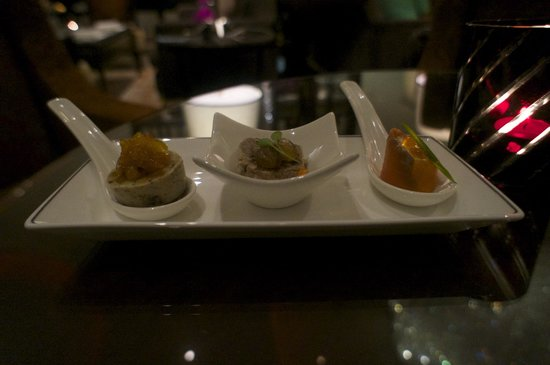 Raffles Makati: 3 piece amuse bouche at Cocktail hour at the Writer's bar