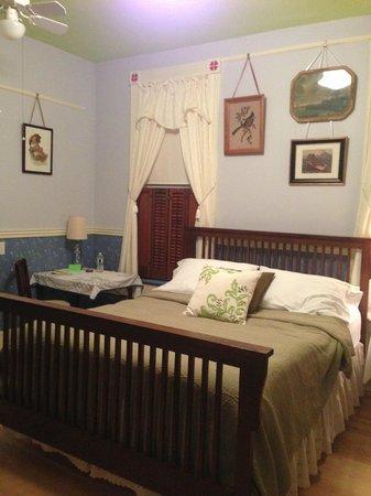 Pillow and Pantry B&B: norman rockwell room