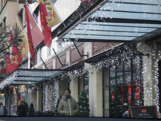 Hotel Royal - Manotel Geneva : Вход в отель в рождественские дни