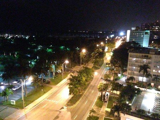 Courtyard Miami Coconut Grove: Vista em frente ao hotel