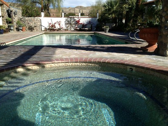 Tuscan Springs Hotel and Spa: Reverse angle of hot pool and main pool